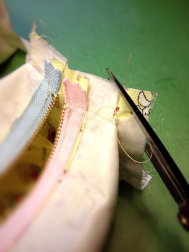 14-1.側面の角(縫い代部分)をカットする